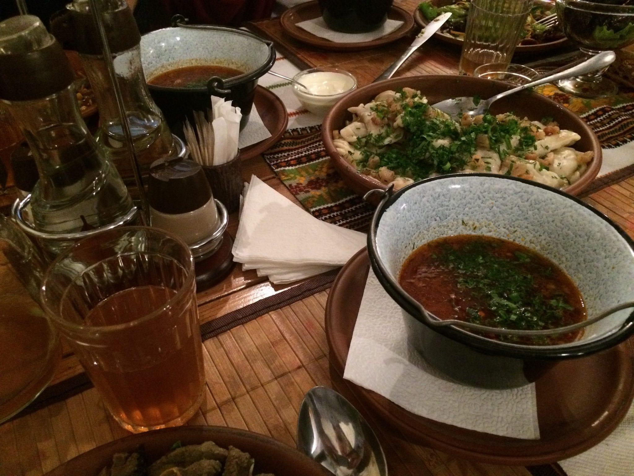 (Foto: Kveldsmat i en ukrainsk restaurant)