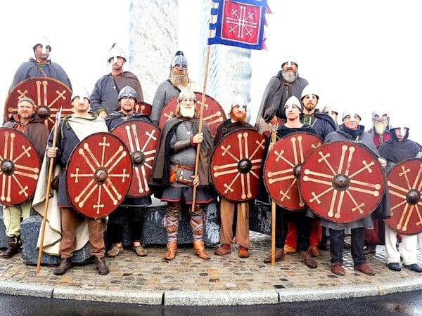 VIKING: Den brutale vikingtiden skapte Norge, hør Saga Flatøybok illustratør Anders Kvåle Rue og Øystein Rivrud i Olavs Menn, Hrland Report